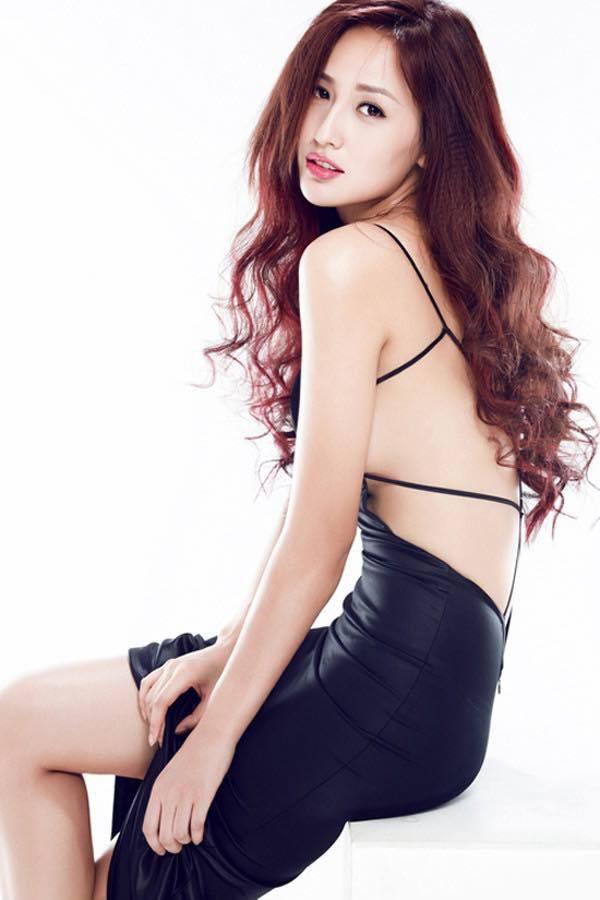 Chiếc váy đen để hở gần trọn phần lưng hút mắt người nhìn.