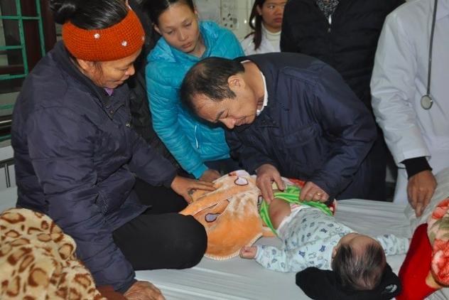 PGS.TS Trần Đắc Phu, Cục trưởng Cục Y tế dự phòng thăm hỏi, kiểm tra vết tiêm chủng cho trẻ em ở huyện Ứng Hoà ngày 3/1.