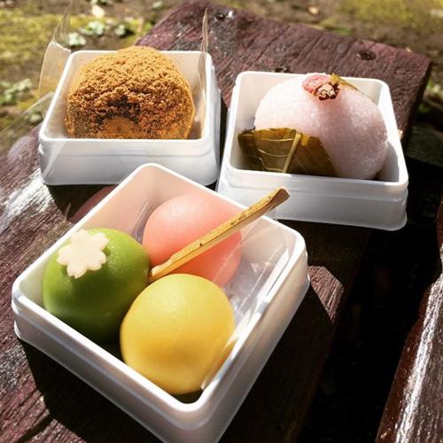 Bánh mochi có nhiều hương vị khác nhau, nổi bật có mochi anh đào ăn kèm lá, mochi giọt nước...