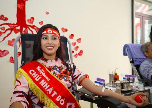 Hoa hậu Trần Tiểu Vy cũng là đại sứ của Chủ nhật Đỏ lần thứ XI này. Tại đây, Hoa hậu sinh năm 2000 này đã tham gia hiến máu tình nguyện với 250ml máu.