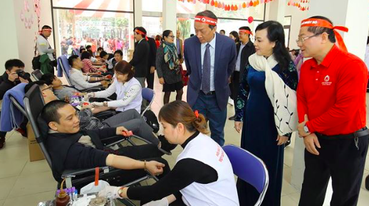 Bộ trưởng Bộ Y tế Nguyễn Thị Kim Tiến động viên người tham gia hiến máu