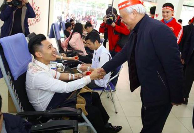 Phó Chủ tịch Quốc hội Uông Chu Lưu thăm những người tham gia hiến máu tại Chủ nhật Đỏ 2019