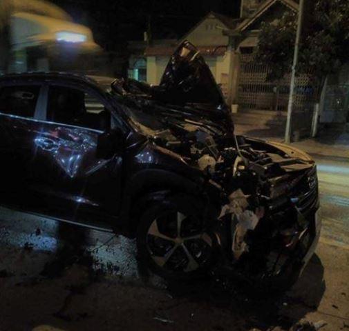 Đầu xe của cán bộ CSGT bị hư hỏng nặng sau khi gây tai nạn liên hoàn. Ảnh: PV
