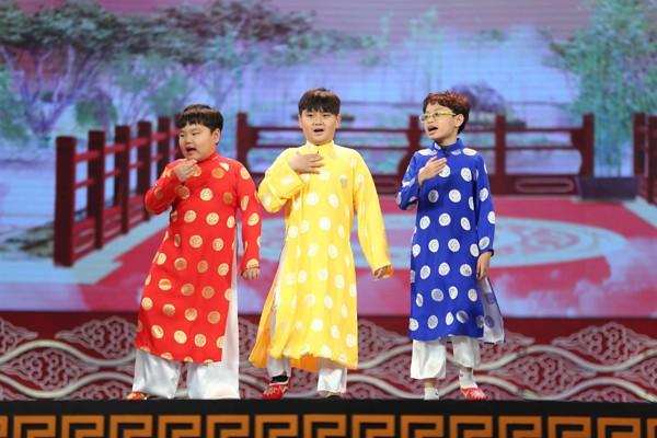 2 con trai của Xuân Bắc trong chương trình Táo quân 2018 - Bé áo đỏ và áo xanh.