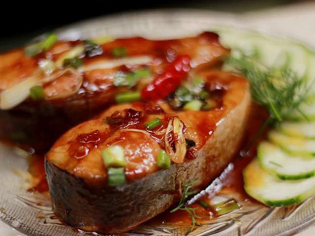 Cá kho xong có màu đẹp và thịt chắc, thơm ngon đậm đà