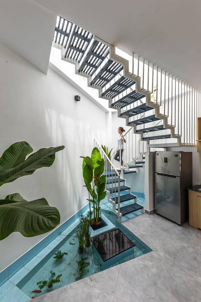 Các phòng ngủ trong nhà đều có điểm chung là thoáng, sáng và có sự riêng tư. Ngoài ra trong phòng còn sử dụng nhiều thiết kế nội thất đa năng, nội thất âm tường và ốp tường nhằm tận dụng được những góc cạnh trong phòng.