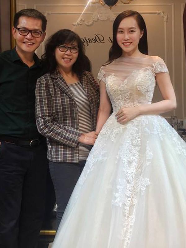 NSND Trung Hiếu đưa vợ thử váy cưới.