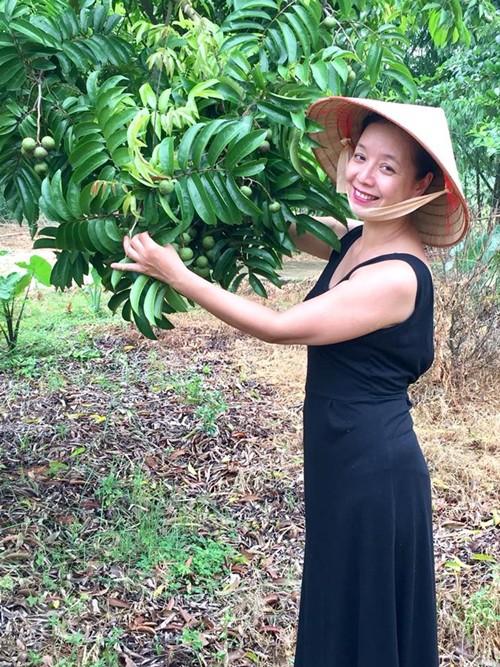 Chiều Xuân khoe, chị có 7-8 cây xoài giống Đài Loan, hạt lép, cùi ngọt, bên cạnh bưởi.