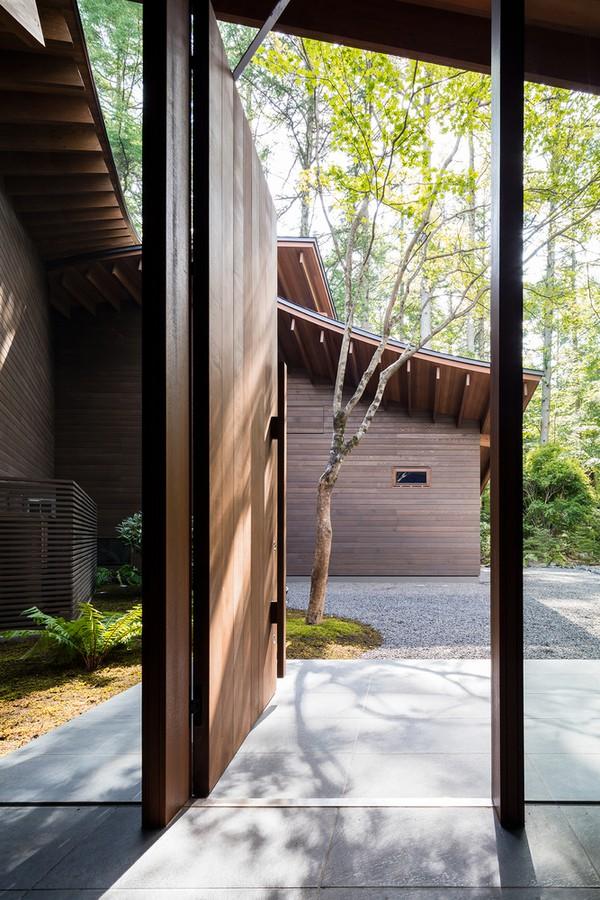 Vật liệu xây dựng cũng như nội thất sử dụng những chất liệu tự nhiên như: gỗ, đá, da, tre… giúp biệt thự gần gũi với thiên nhiên, phù hợp với cảnh quan xung quanh.