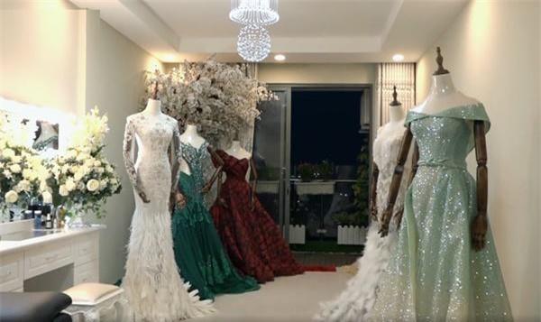 Nhìn thì có lẽ nhiều người hơi khó nhận ra nhưng đây chính là phòng ngủ của hai vợ chồng cô nàng. Không như những gia đình khác, vợ chồng người đẹp chọn đủ loại váy dạ hội để trưng bày và xem như vật trang trí.