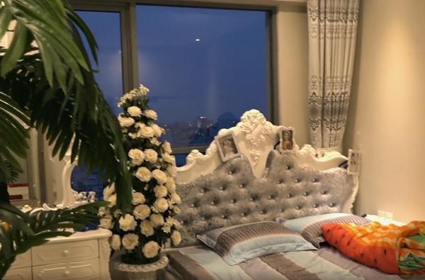 Từ phòng ngủ của nữ ca sĩ có thể nhìn xuống thành phố nhộn nhịp.