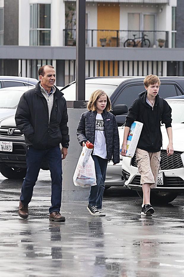 Angelina Jolie để cho 2 con gái đi mua sắm cùng vệ sĩ.