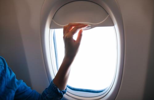 Trên những chuyến bay ban ngày, nhiều hành khách có thói quen đóng rèm cửa để tránh chói mắt.