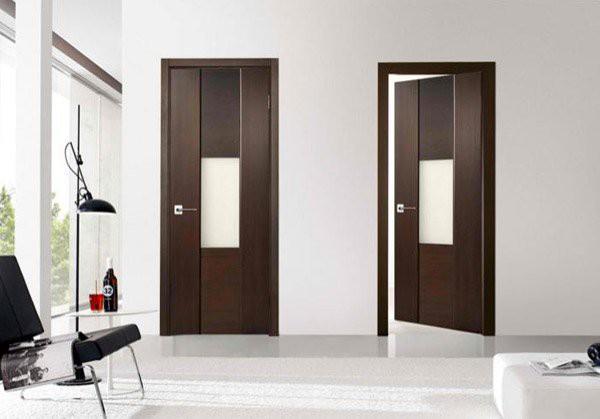 1. Một thiết kế cửa đơn giản với màu nâu trầm thanh lịch, hiện đại với phù hợp với những thiết kế gọn gàng, ấn tượng của phong cách hiện đại. Căn phòng đẹp hơn nhờ những đường vân của gỗ, từ sự kết hợp khéo léo giữa chất liệu kính và gỗ.