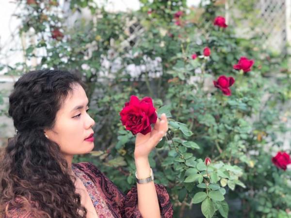 Chị Thúy trồng và chăm sóc hoa không chỉ với tình yêu mà còn bằng đam mê trong tâm hồn nhẹ nhàng, lãng mạn. Những đóa hồng dịu dàng, đằm thắm, hay kiêu sa, rực rỡ ngát hương thơm luôn mang đến cho chị cảm giác thư thái, an yên khi ngắm nhìn.