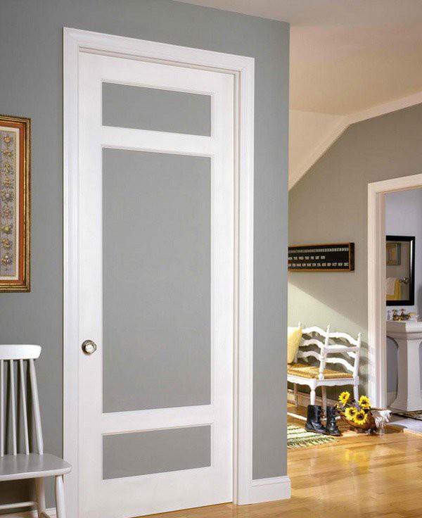 11. Cửa gỗ công nghiệp kết hợp màu xám và trắng, giữa gỗ và kính phủ gương mờ tạo nên sự liên kết khéo léo và hài hòa với bức tường bên cạnh.