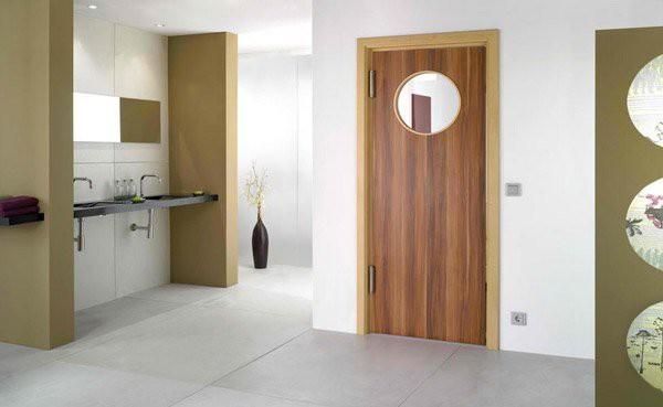 12. Mỗi cánh cửa đều có nét độc đáo riêng khi được sự chú trọng từ người thiết kế. Vì thế, cánh cửa gỗ này không chỉ có màu sắc và đường vân mang hơi hướng mộc mạc, đáng yêu mà còn trở thành điểm nhấn của không gian khi gắn thêm gương tròn phía trên.