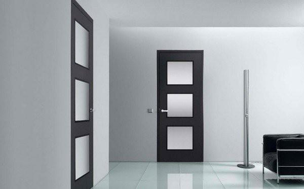 13. Cánh cửa mang phong cách châu Âu hiện đại, kết hợp khéo léo giữa màu đen và gương kính phủ mờ, mang một lượng ánh sáng vừa phải vào không gian riêng tư.