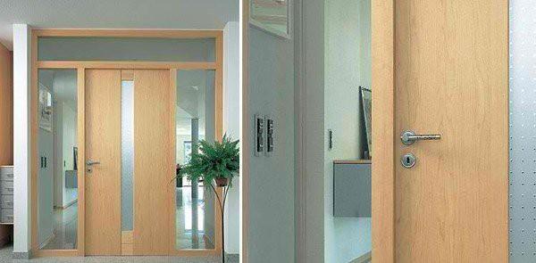 3. Khi ngôi nhà được lắp đặt nhiều kính, vách kính thì cửa kết hợp giữa màu gỗ với kính chạy dọc theo chiều cao của không gian cũng là giải pháp thú vị cho ngôi nhà đơn giản và ấn tượng.