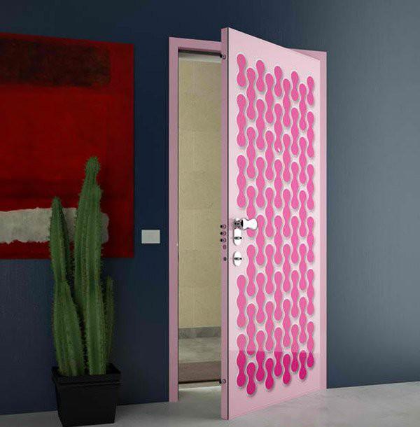 6. Cánh cửa với tông hồng đào làm màu nền, những họa tiết vui nhộn màu hồng đậm làm điểm nhấn giúp cho những căn phòng ngủ của các bé gái thêm vui tươi và bắt mắt.