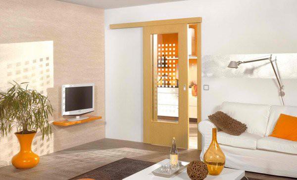7. Dùng cửa gỗ có ray trượt kết hợp với lớp kính ở giữa tạo sự liên kết giữa các khu vực chức năng nhưng vẫn giữ được sự riêng tư nhất định.