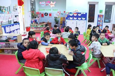 Tại một lớp học mầm non, học sinh uống sữa Chương trình Sữa học đường của Hà Nội. Ảnh: Đ.T
