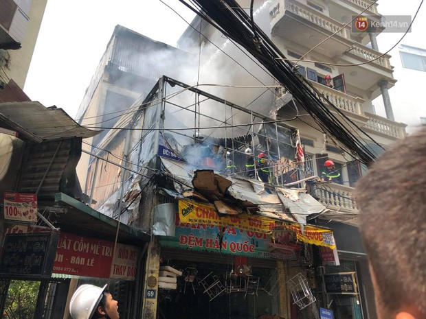 Hà Nội: Cháy lớn tại cửa hàng chăn ga gối đệm, người dân hoảng sợ tháo chạy - Ảnh 1.