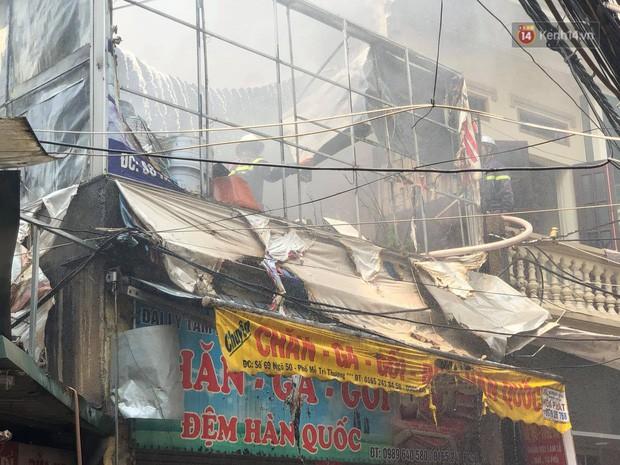 Hà Nội: Cháy lớn tại cửa hàng chăn ga gối đệm, người dân hoảng sợ tháo chạy - Ảnh 2.