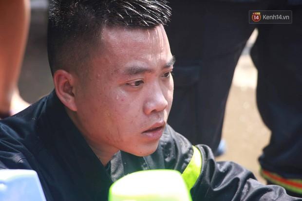 Hà Nội: Cháy lớn tại cửa hàng chăn ga gối đệm, người dân hoảng sợ tháo chạy - Ảnh 14.