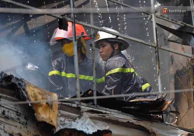 Hà Nội: Cháy lớn tại cửa hàng chăn ga gối đệm, người dân hoảng sợ tháo chạy - Ảnh 5.