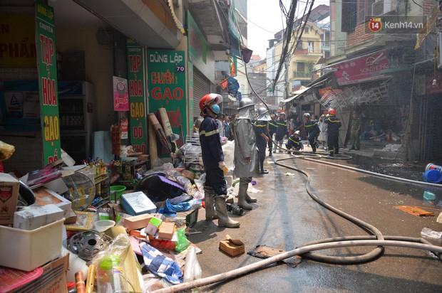 Hà Nội: Cháy lớn tại cửa hàng chăn ga gối đệm, người dân hoảng sợ tháo chạy - Ảnh 9.