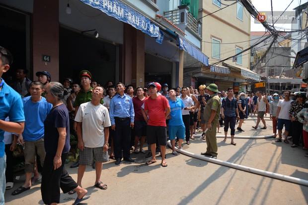 Hà Nội: Cháy lớn tại cửa hàng chăn ga gối đệm, người dân hoảng sợ tháo chạy - Ảnh 10.