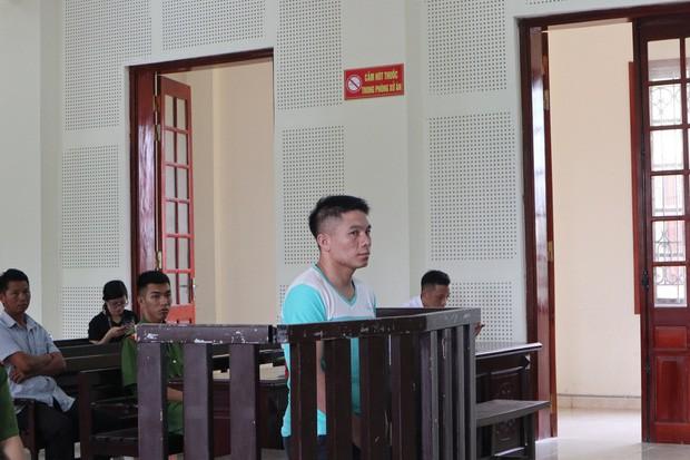 Vợ chạy theo xe trại giam, ngã quỵ trước sân toà án khi biết chồng bị tử hình vì ma tuý - Ảnh 1.