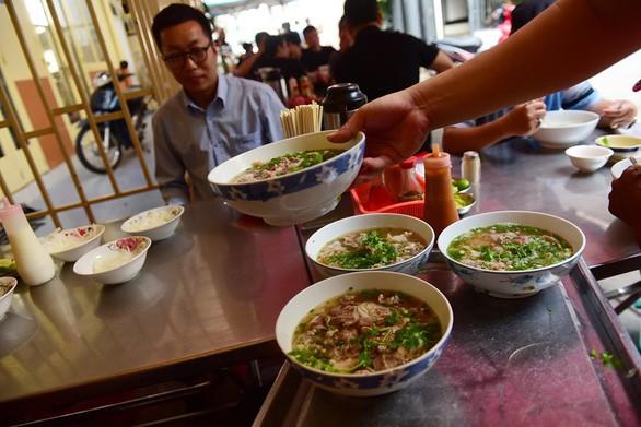 Mình ăn gì khi ăn phở giữa Sài Gòn? - Ảnh 2.