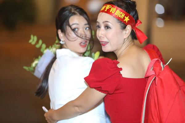 Hình ảnh ăn mừng Việt Nam chiến thắng đầy phấn khởi của mẹ con nghệ sĩ Chiều Xuân - Ảnh 2.