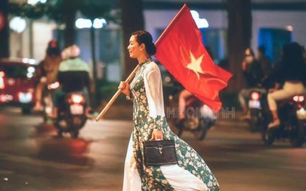 Hình ảnh ăn mừng Việt Nam chiến thắng đầy phấn khởi của mẹ con nghệ sĩ Chiều Xuân - Ảnh 1.