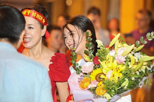 Hình ảnh ăn mừng Việt Nam chiến thắng đầy phấn khởi của mẹ con nghệ sĩ Chiều Xuân - Ảnh 3.