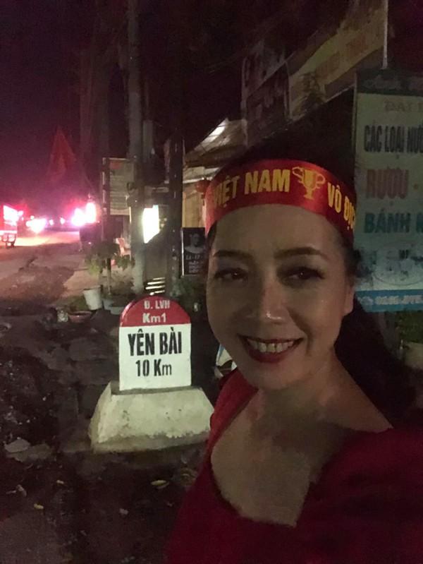 Hình ảnh ăn mừng Việt Nam chiến thắng đầy phấn khởi của mẹ con nghệ sĩ Chiều Xuân - Ảnh 5.