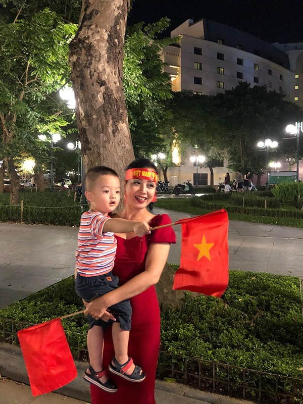 Hình ảnh ăn mừng Việt Nam chiến thắng đầy phấn khởi của mẹ con nghệ sĩ Chiều Xuân - Ảnh 6.