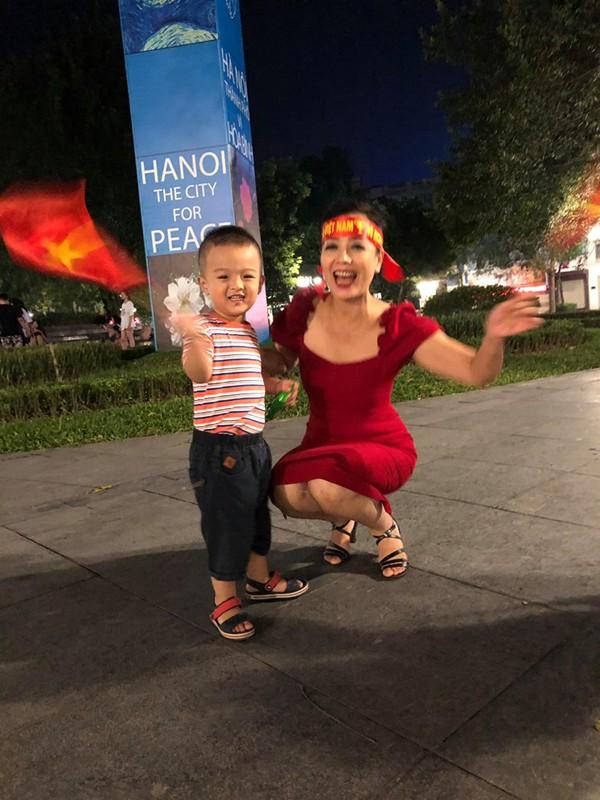 Hình ảnh ăn mừng Việt Nam chiến thắng đầy phấn khởi của mẹ con nghệ sĩ Chiều Xuân - Ảnh 7.
