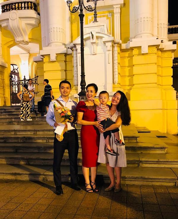 Hình ảnh ăn mừng Việt Nam chiến thắng đầy phấn khởi của mẹ con nghệ sĩ Chiều Xuân - Ảnh 8.