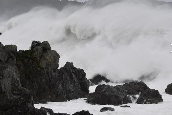 Hình ảnh tang thương của Nhật Bản khi siêu bão châu Á - siêu bão mạnh nhất thế kỷ chưa vào đất liền nhưng đã ảnh hưởng nặng nề - Ảnh 2.