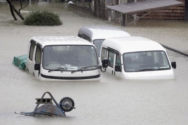 Siêu bão châu Á Hagibis mạnh nhất thế kỷ xé tan nát nhà cửa, phá hủy xe sang và cuốn trôi người - Ảnh 2.