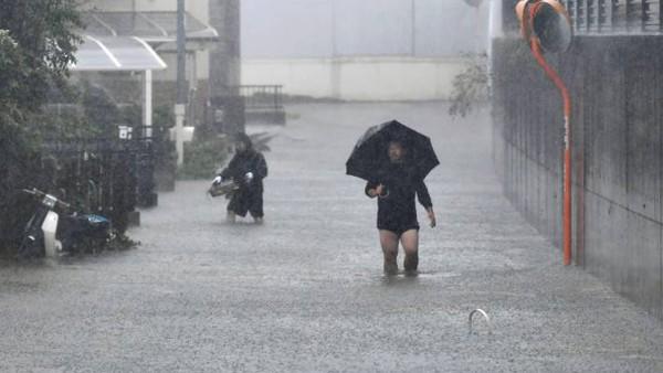 Siêu bão châu Á Hagibis mạnh nhất thế kỷ xé tan nát nhà cửa, phá hủy xe sang và cuốn trôi người - Ảnh 1.