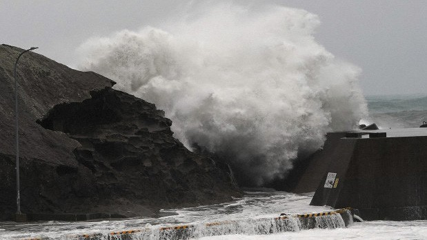 Siêu bão châu Á Hagibis mạnh nhất thế kỷ xé tan nát nhà cửa, phá hủy xe sang và cuốn trôi người - Ảnh 5.