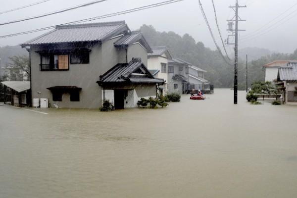 Siêu bão châu Á Hagibis mạnh nhất thế kỷ xé tan nát nhà cửa, phá hủy xe sang và cuốn trôi người - Ảnh 7.