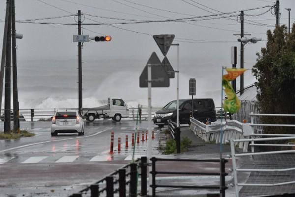 Hình ảnh tang thương của Nhật Bản khi siêu bão châu Á - siêu bão mạnh nhất thế kỷ chưa vào đất liền nhưng đã ảnh hưởng nặng nề - Ảnh 4.