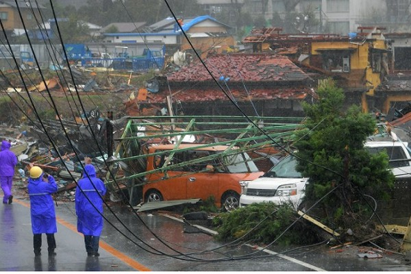 Hình ảnh tang thương của Nhật Bản khi siêu bão châu Á - siêu bão mạnh nhất thế kỷ chưa vào đất liền nhưng đã ảnh hưởng nặng nề - Ảnh 6.