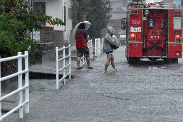 Hình ảnh tang thương của Nhật Bản khi siêu bão châu Á - siêu bão mạnh nhất thế kỷ chưa vào đất liền nhưng đã ảnh hưởng nặng nề - Ảnh 11.
