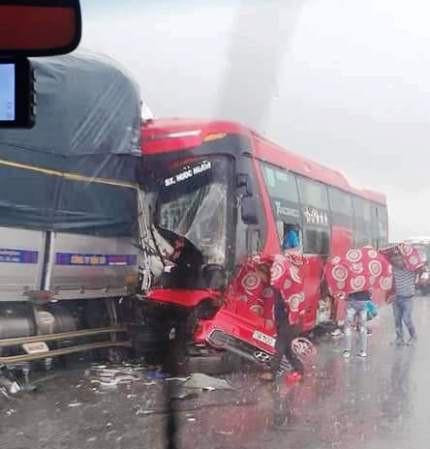 Xe tải va chạm trực diện xe khách khiến 1 người chết, nhiều người bị thương - Ảnh 1.